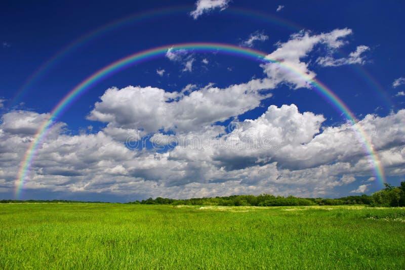 Arco iris de la hierba verde fotografía de archivo