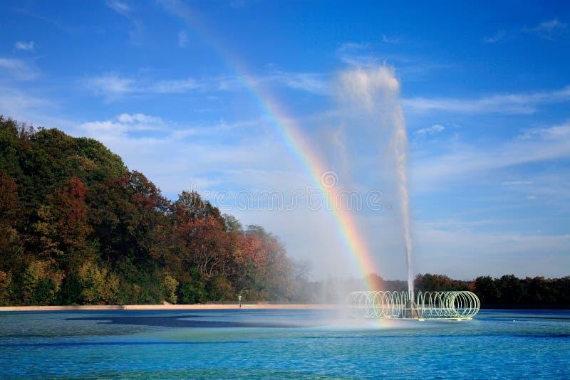 Arco iris de la piscina de reflejo imágenes de archivo libres de regalías