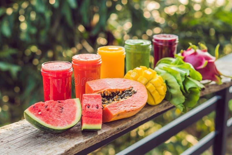 Arco iris de los smoothies La sandía, la papaya, el mango, la espinaca y el dragón dan fruto Los Smoothies, jugos, bebidas, beben imagenes de archivo