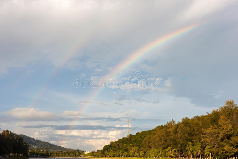 Arco iris doble después de la lluvia foto de archivo