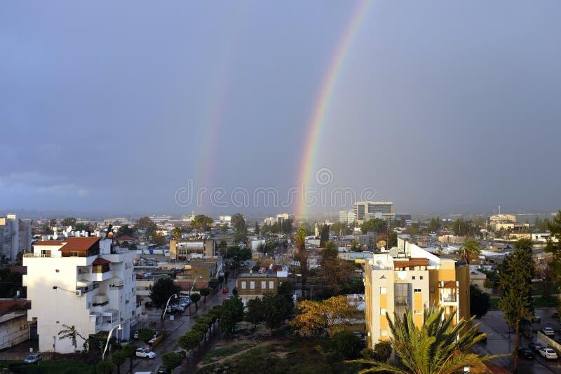 Arco iris doble después de la lluvia fotos de archivo