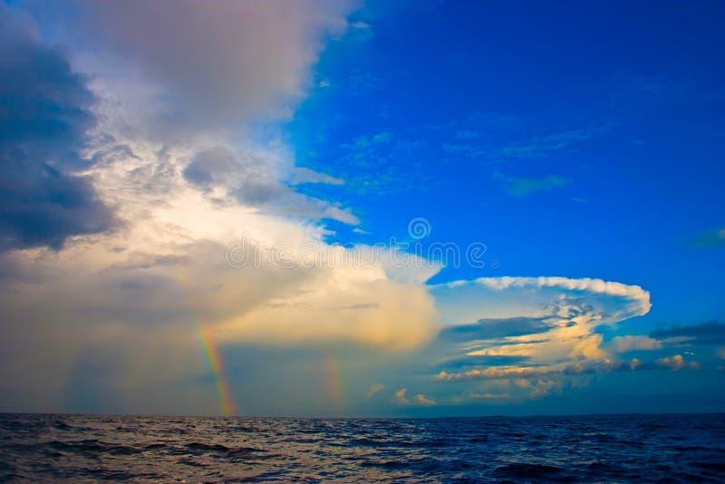 Arco iris doble después del vendaval sobre el mar fotos de archivo