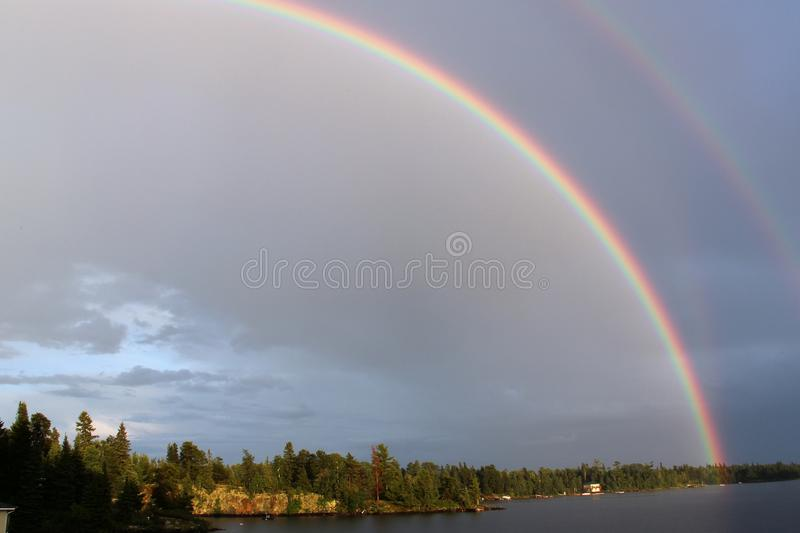 Arco iris doble sobre el lago del bosque, Kenora, Ontario fotos de archivo libres de regalías