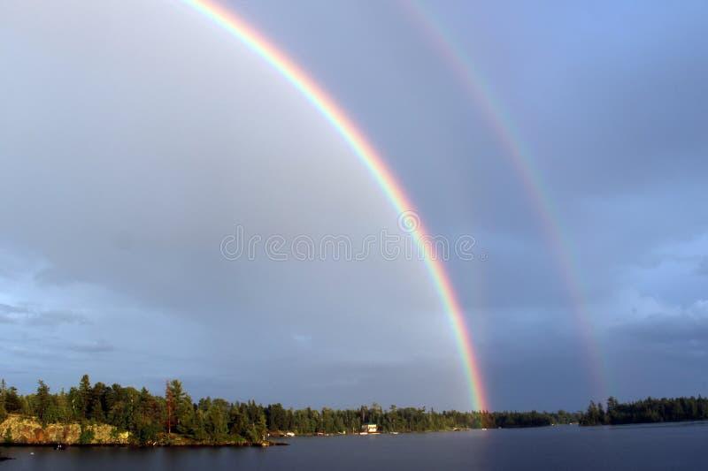 Arco iris doble sobre el lago del bosque, Kenora, Ontario fotografía de archivo libre de regalías