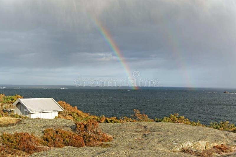 Arco iris doble sobre el Mar del Norte fotografía de archivo
