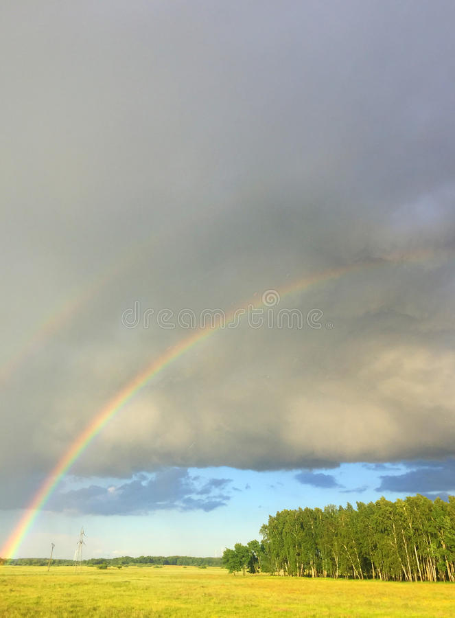 Arco iris doble sobre un prado imagen de archivo libre de regalías