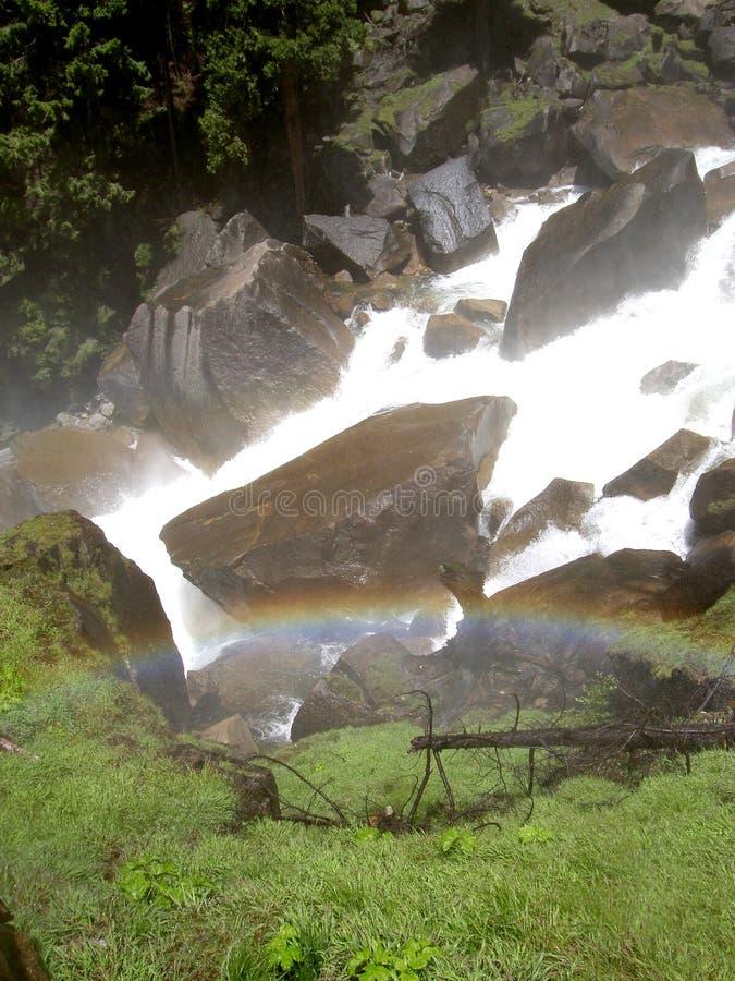 Arco iris durante caídas vernales en Yosemite imágenes de archivo libres de regalías