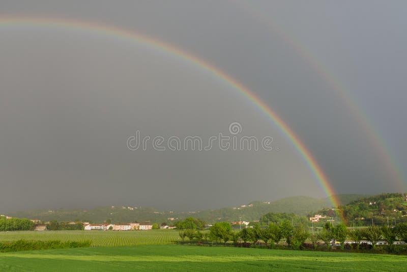 Arco iris durante la tormenta en Altavilla Vicentina imagenes de archivo