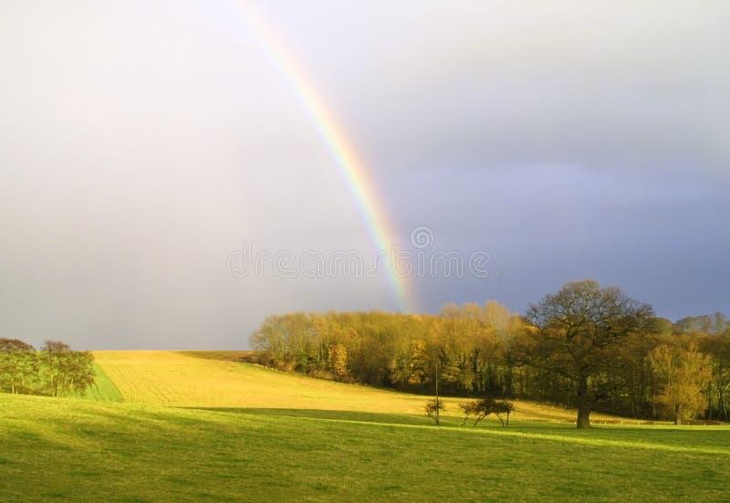 Arco iris en campo fotos de archivo libres de regalías