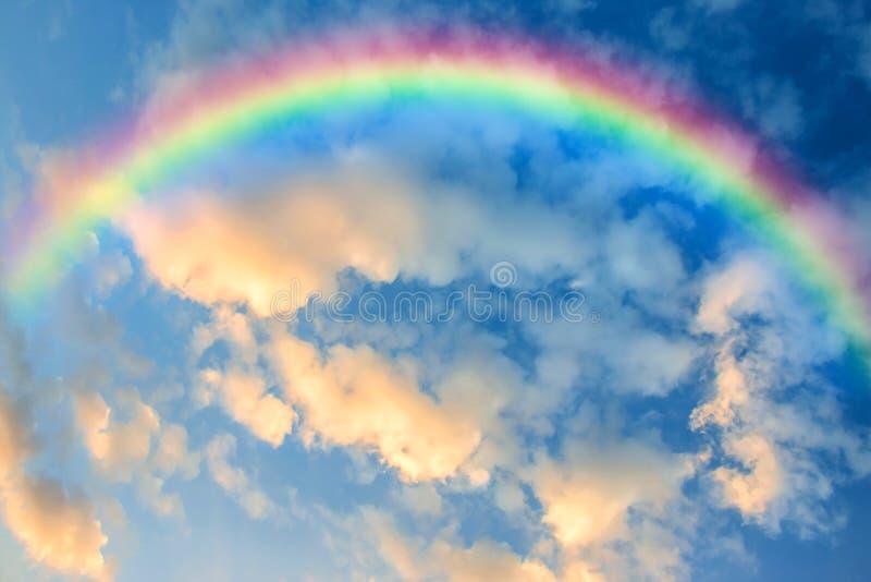 Arco iris en el cielo en la puesta del sol fotografía de archivo libre de regalías
