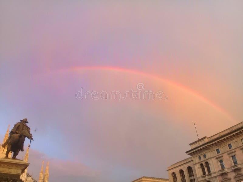 Arco iris en el Duomo imagen de archivo