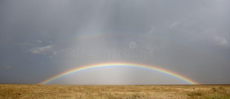 Arco iris en el parque nacional de Serengeti fotos de archivo libres de regalías