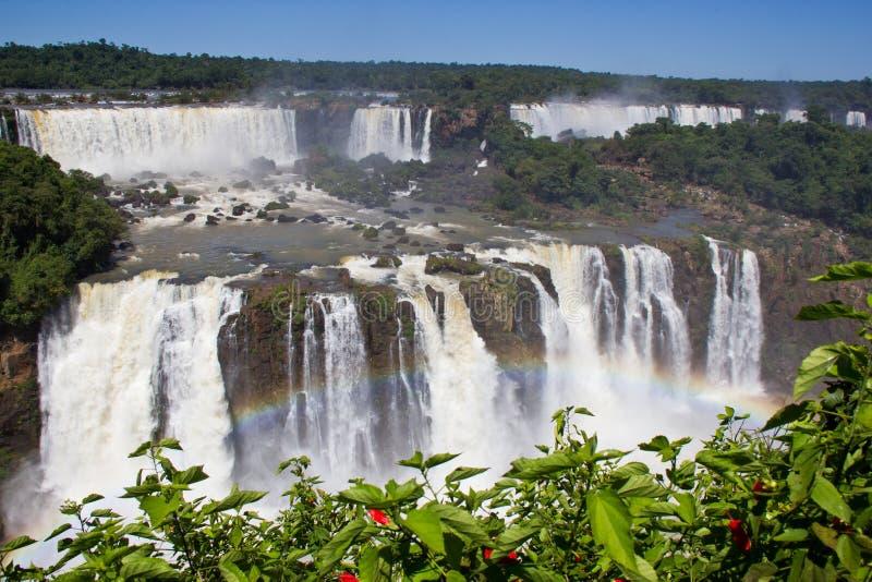 Arco iris en la cascada la Argentina/Suramérica de Iguazu foto de archivo