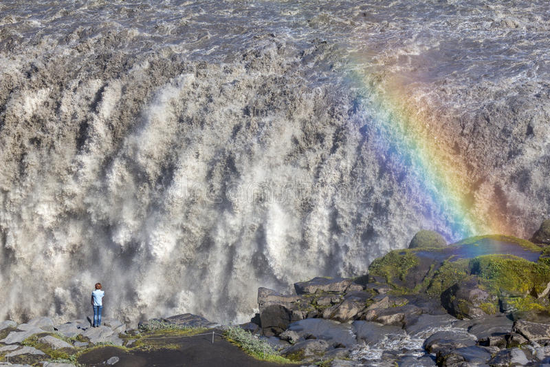Arco iris en la cascada de Dettifoss, Islandia foto de archivo