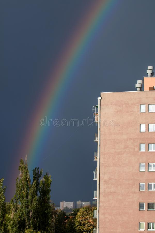 Arco iris en la ciudad sobre los árboles imagen de archivo libre de regalías