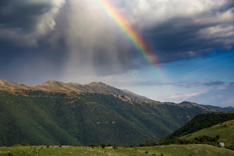 Arco iris en la montaña, paisaje hermoso de la naturaleza fotografía de archivo libre de regalías