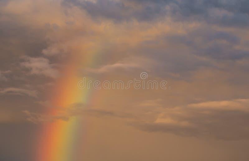Arco iris en la puesta del sol con un cielo nublado fotografía de archivo libre de regalías