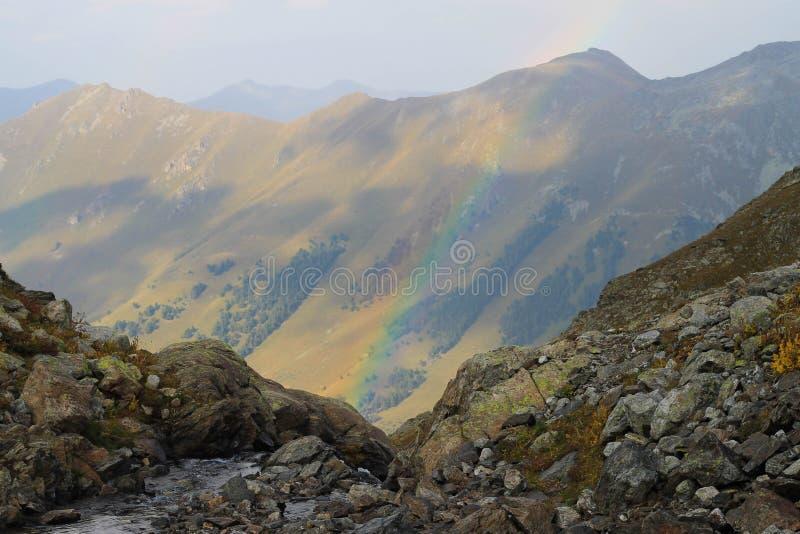Arco iris en las montañas del Cáucaso imagen de archivo