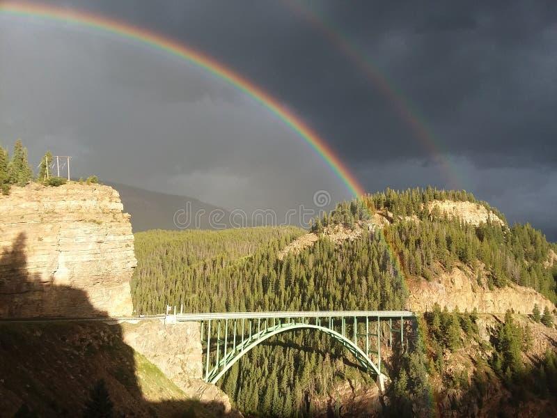 Arco iris gemelos sobre Eagle River Bridge Colorado imagen de archivo libre de regalías