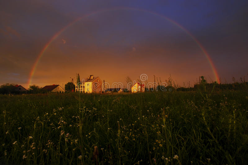 Arco iris lleno en la puesta del sol fotos de archivo