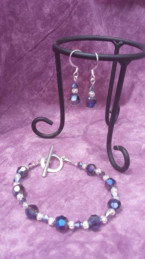 Arco iris púrpura gris y pulsera de plata y pendientes fijados imagen de archivo