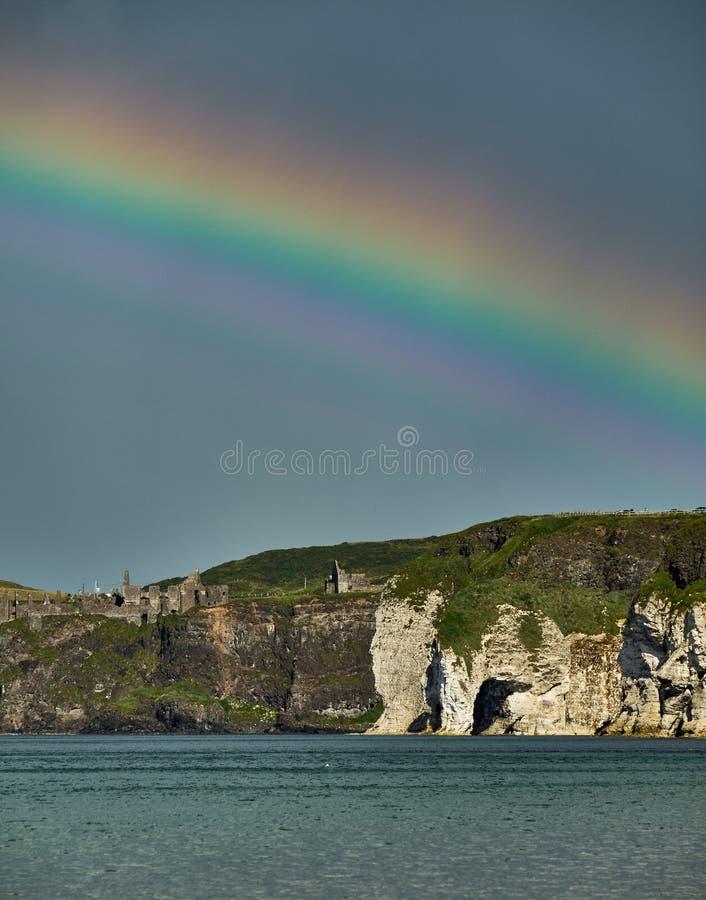 Arco iris sobre el castillo de Dunluce, Irlanda del Norte fotos de archivo