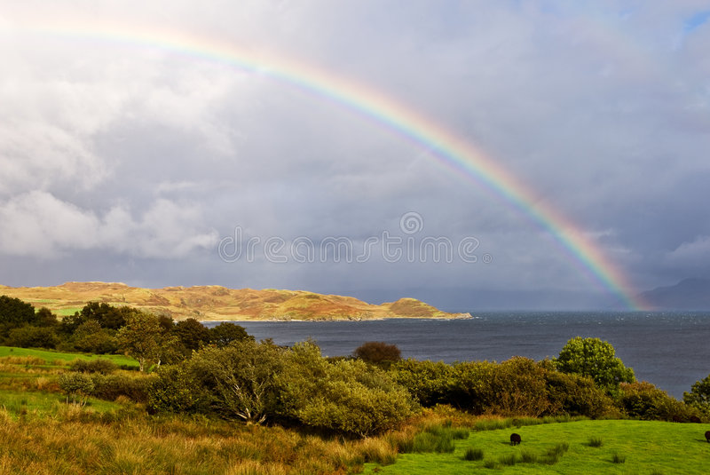 Arco iris sobre el lago imagenes de archivo