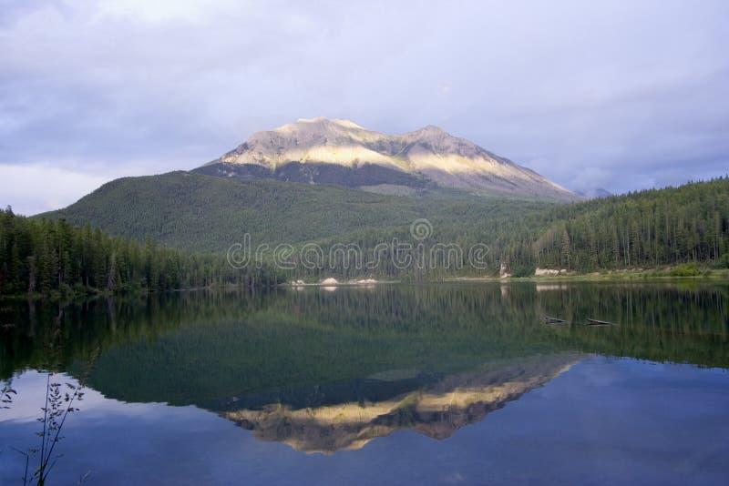 Arco iris sobre el lago del alces en la rotura del amanecer fotos de archivo