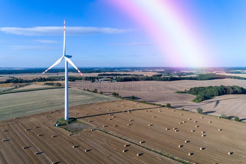 Arco iris sobre el molino de viento en el campo fotos de archivo libres de regalías