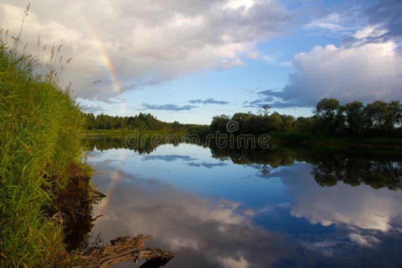 Arco iris sobre el río imagen de archivo