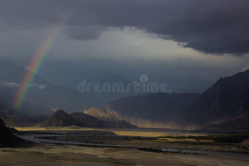 Arco iris sobre el valle de Skardu en el río Indus en Paquistán fotografía de archivo