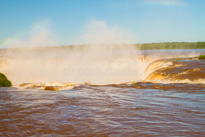 Arco iris sobre la cascada imágenes de archivo libres de regalías