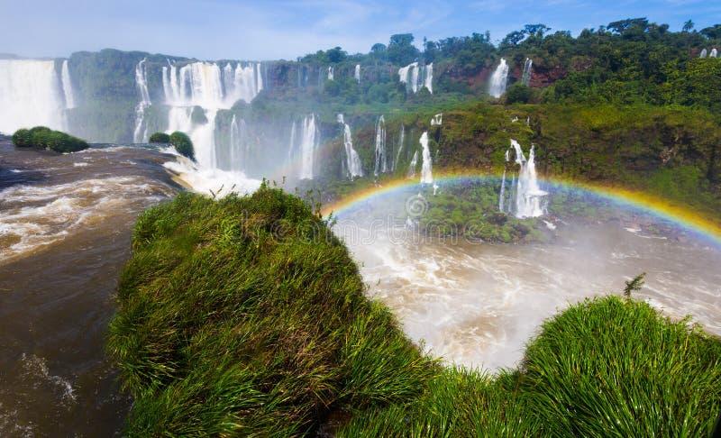 Arco iris sobre la cascada de Cataratas del Iguazu, el Brasil fotografía de archivo libre de regalías