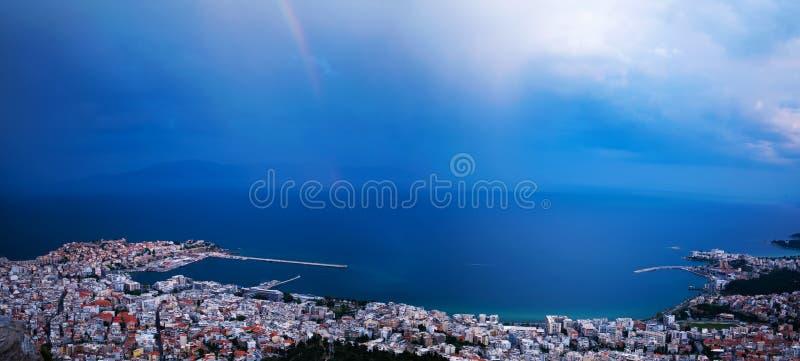 Arco iris sobre la ciudad fotografía de archivo libre de regalías