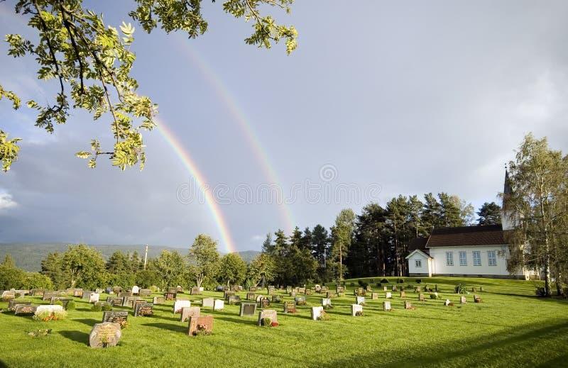 Arco iris sobre la iglesia, Noruega fotografía de archivo