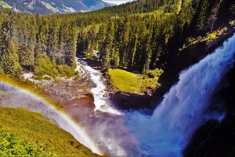 Arco iris sobre las cascadas de Krimml foto de archivo