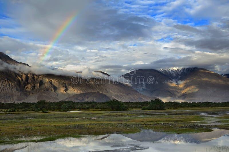 Arco iris sobre las montañas fotos de archivo