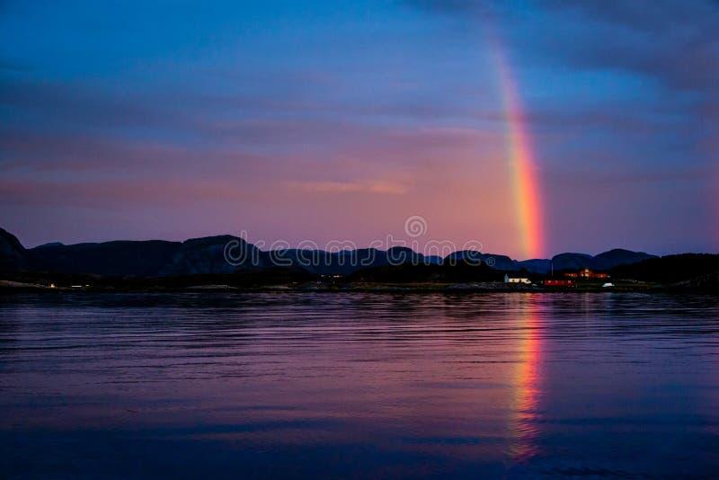 Arco iris sobre pueblo rojo de los fishermans fotografía de archivo libre de regalías