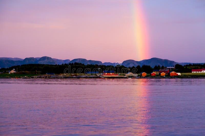 Arco iris sobre pueblo rojo de los fishermans fotos de archivo libres de regalías