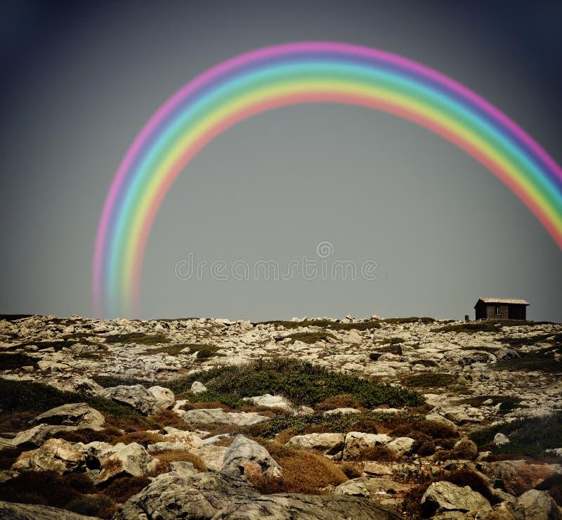 Arco iris sobre una casa sola imagen de archivo libre de regalías