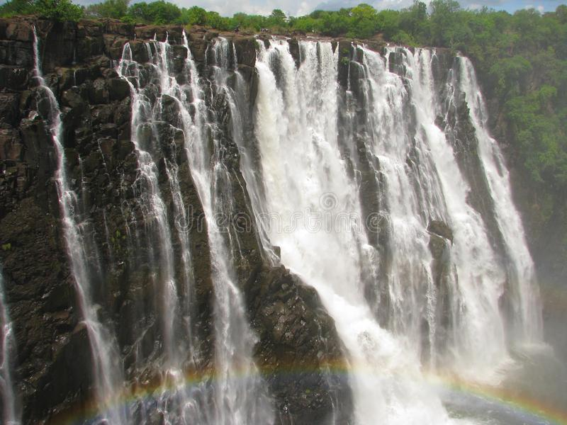 Arco iris sobre Victoria Falls en el río de Zambezi fotos de archivo