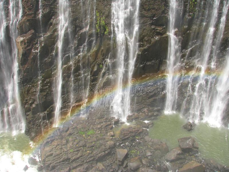 Arco iris sobre Victoria Falls en el río de Zambezi imagen de archivo