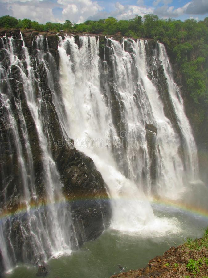 Arco iris sobre Victoria Falls en el río de Zambezi fotografía de archivo