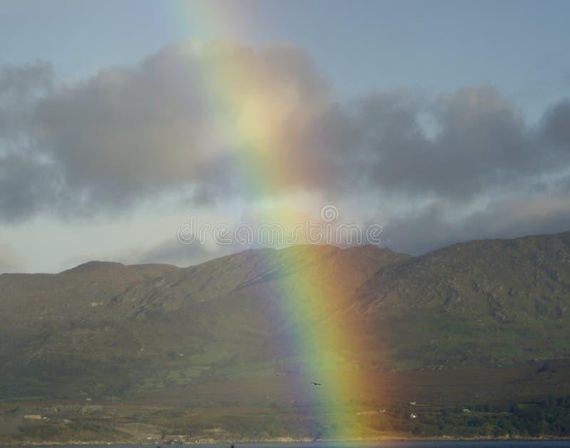 Arco iris a través de la bahía de Bantry foto de archivo