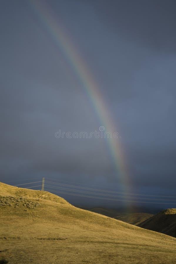 Arco iris y colinas sunlit fotos de archivo