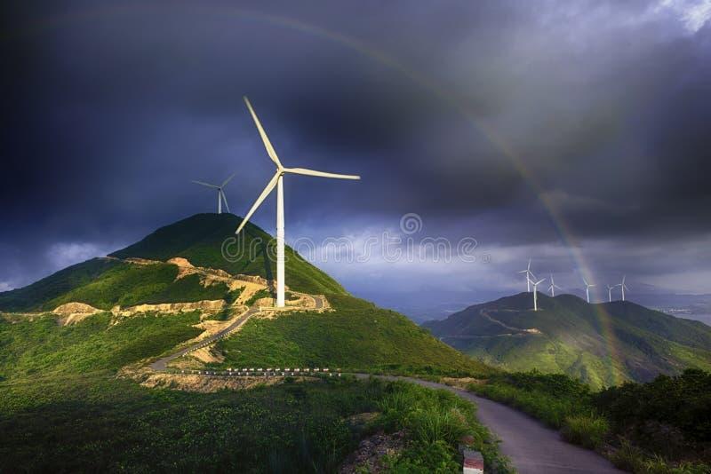 Arco iris y molino de viento en las montañas después de la lluvia fotografía de archivo libre de regalías