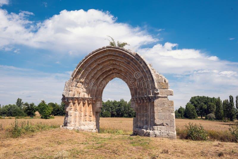 Arco medieval arruinado de San Miguel de Mazarreros imagen de archivo
