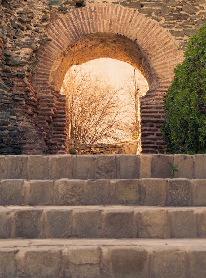Arco misterioso del portone del castello fotografie stock