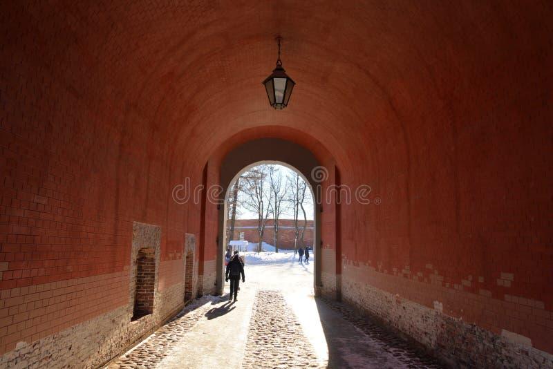 Arco na parede de Peter e de Paul Fortress imagem de stock