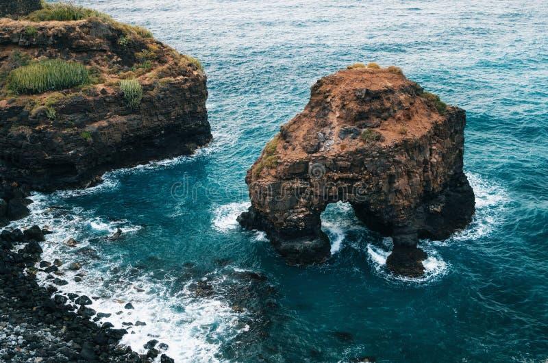 Arco natural de la playa del Los Roques en Tenerife foto de archivo